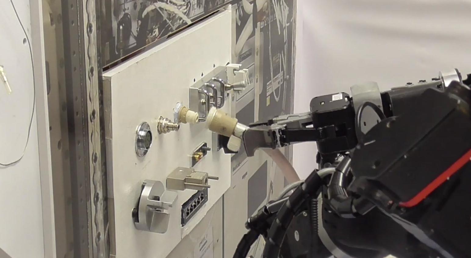 宇宙での作業コストを低減 ロボット実験動画を公開