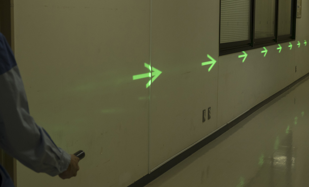 DNPが災害時や駐車場などの誘導に活用できる小型照明装置を開発