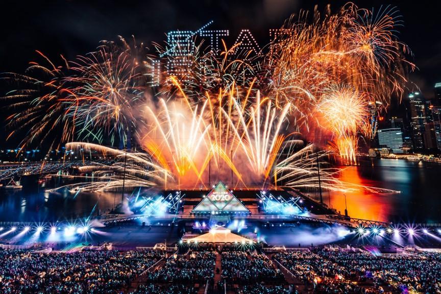 ドローンと伝統花火が共演 「STAR ISLAND」
