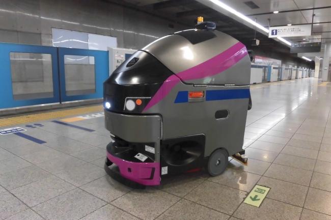 """新宿駅に""""京王ライナー""""床面洗浄機EGrobo導入"""